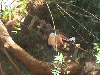 Sarah descendant de sa maison dans les arbres du Youth Camp!
